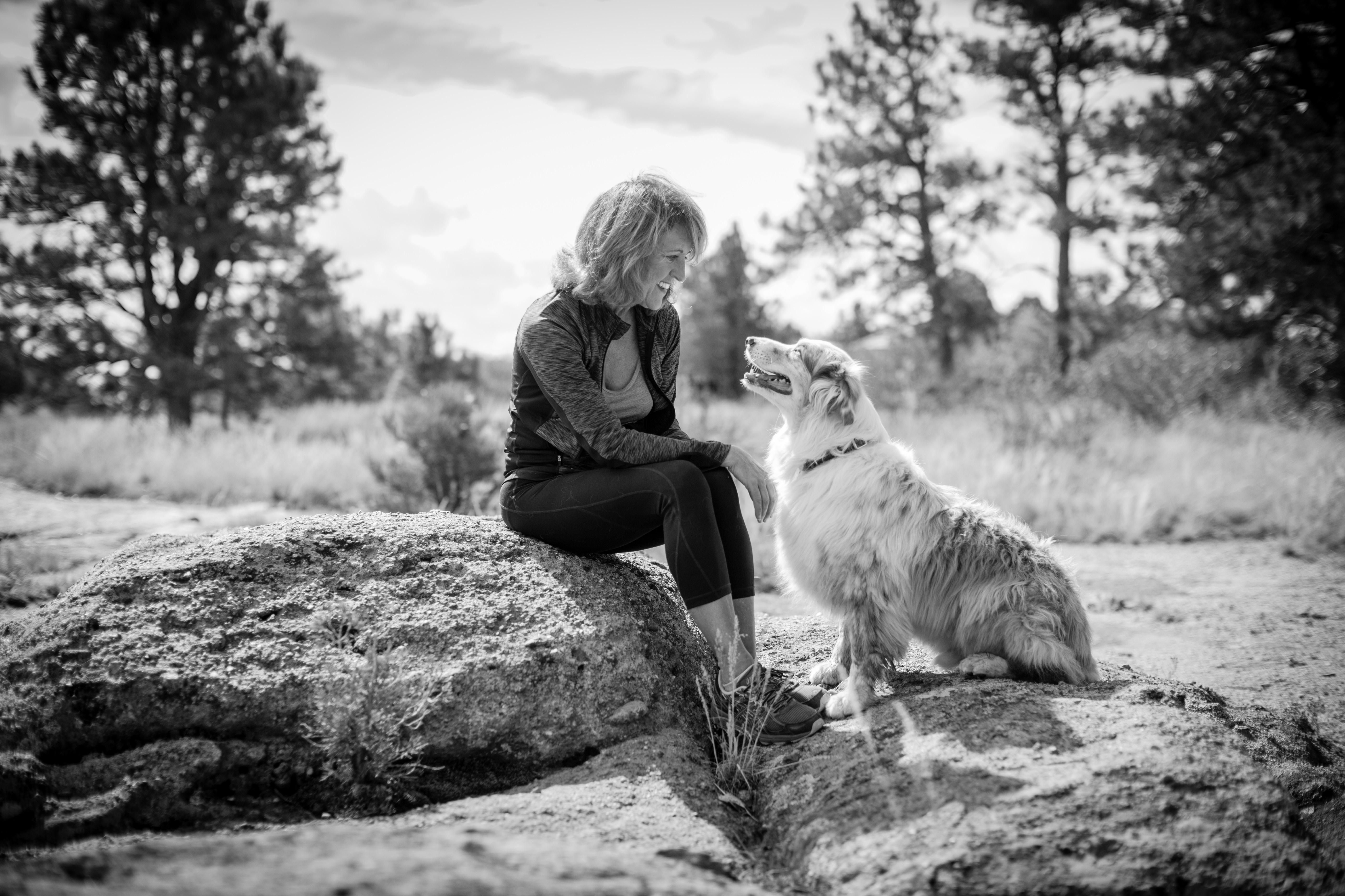 photo d'une dame et de son chien