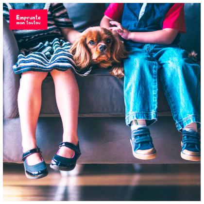 chien sur le canapé avec des enfants