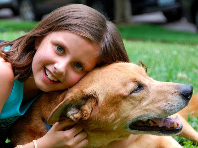 Fille faisant un câlin à un chien