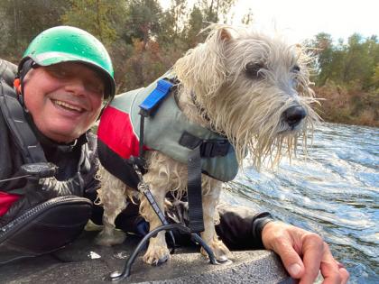 homme pratiquant la randonnée aquatique avec son chien